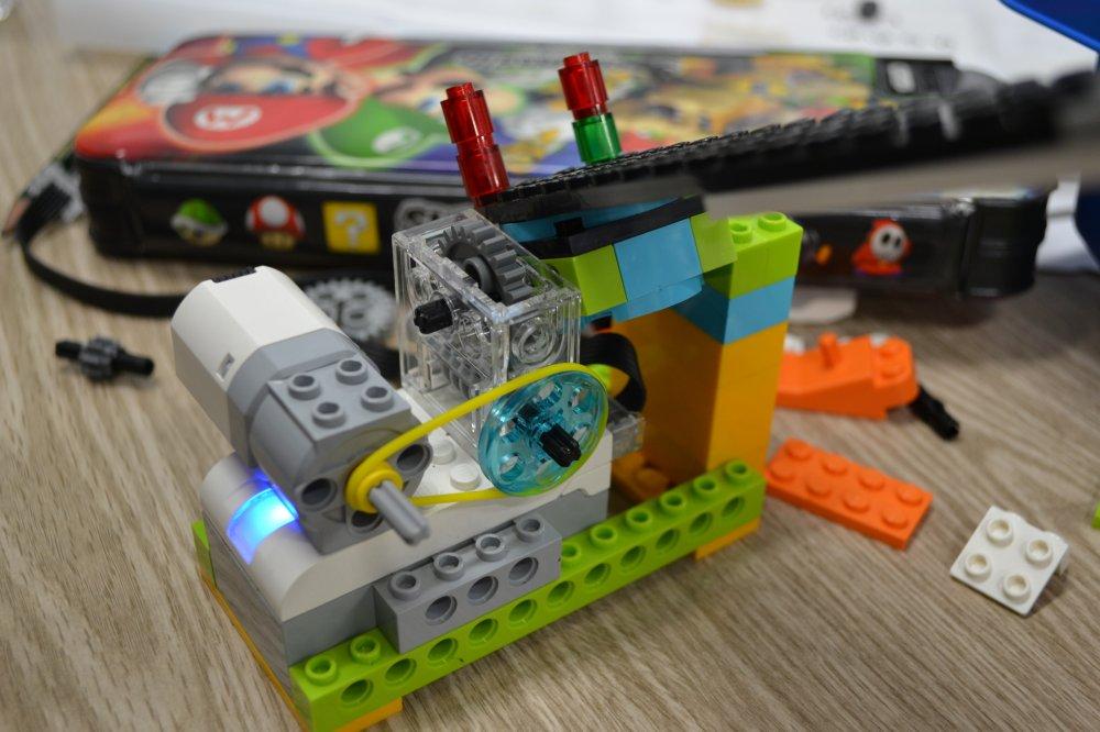 ロボット教室に吉見町から通ってくれている生徒さんが跳ね橋を作ってくれました。